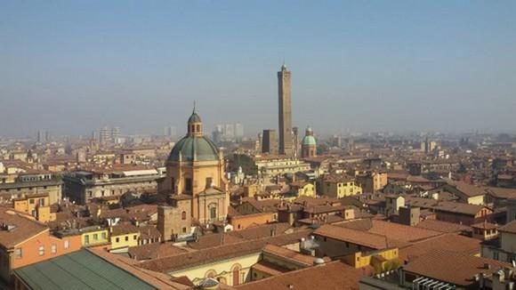 un libro una città. la bologna di Carlo Lucarelli Altritaliani.net