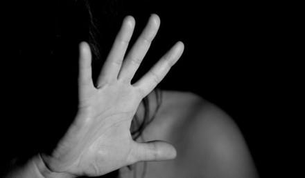 Imagine rappresentando un viso nascosto da una mano