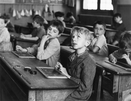 Robert Doisneau, L'informazione scolastica, Parigi 1956, © Atelier Robert Doisneau