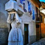 Una delle sculture marmoree