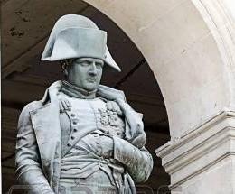 20372054-paris-francia-10-de-abril-estatua-de-napoleon-bonaparte-les-invalides-el-10-de-abril-de-2013-paris-franci.jpg