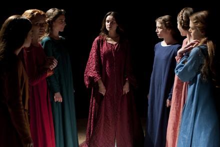 Kasia parla accanto alle sei donne della brigata prendendo il posto della novellatrice
