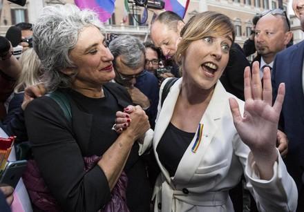Paola Concia movimento lesbiche e Maria Elena Boschi festeggiano.