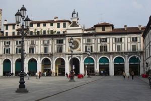 800px-Brescia_piazzaLoggia.jpg