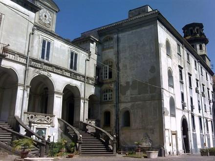 Complexe de l'hôpital des Incurables: entrée de la Pharmacie et église de Santa Maria del Popolo. Photo wikicommons IlSistemone