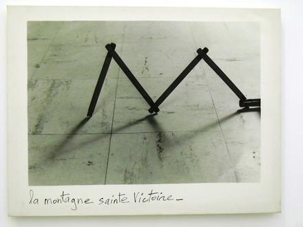 Joachim_Mogarra_La_montagne_Sainte-Victoire_fotografia_bianco_e_nero_1985.jpg