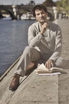 Cesare Capitani répétant sur les bords de Seine le texte de L'Autre Galilée. Photo Antoine Ploué.