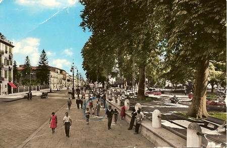 Cartolina illustrata del 1960, di Avellino. Una vista del corso V. Emanuele all'altezza della Villa Comunale, dal sito Avellinesi.it