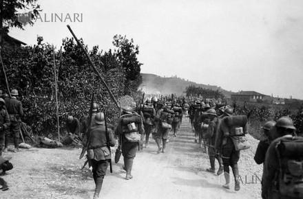 Fanteria italiana della Prima Guerra Mondiale in marcia verso il fronte di guerra italo-austriaco