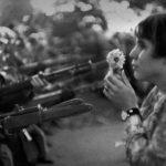 _donna_fiore_e_soldati.jpg