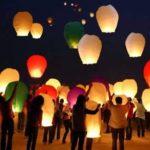 BUON 2018 con queste magnifiche lanterne volanti di carta viste per la prima volta in Puglia, suggestione di lontano Oriente. Bella immagine di resistenza delicata e forte insieme, si allontanano in alto e poi vanno lontano, senza spegnersi, fino a diventare un piccolo punto luminoso verso l'orizzonte..