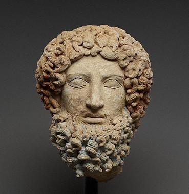 Hades, anonimo, 400-300 a. C., terracotta dipinta con pigmenti rossi, rosa e blu, Museo archeologico di Aidone, (En), Italia. Foto Stilearte.it