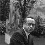 Leonardo Sciascia a Parigi, davanti alla statua di Voltaire (Foto Ferdinando Scianna)