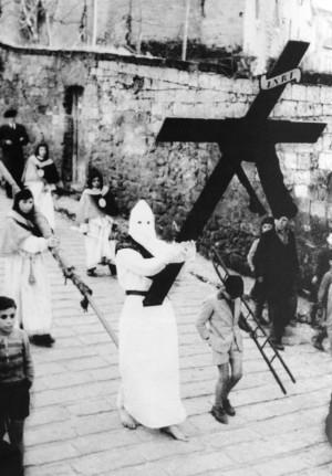 Via Crucis d'Atripalda. Atripalda sempre uguale, eppur diversa, nel suo tempo di fede. La processione con l'incappucciato delle cadute. Foto dei primi anni sessanta