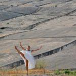 Foto di Pippo Palermo. Passi di danza nel Cretto di Zina Barrovecchio