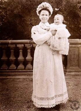 Balia italiana emigrata in Francia ritratta con il bambino © Reperto fotografico della Fondazione Museo Paolo Cresci di Lucca