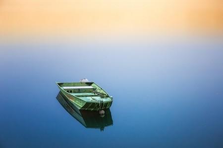 barca_vuota_in_mezzo_al_mar.jpg