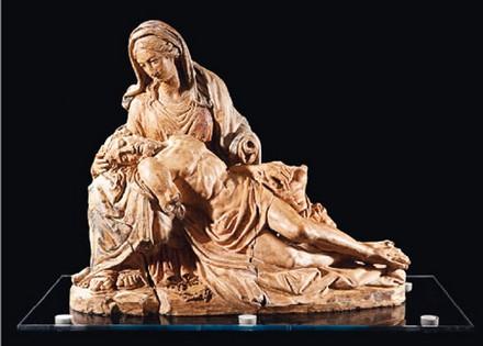 Attribué à Michel-Ange, Pietà, 1496. Modèle en terre cuite H.45 ; L.58 cm. Collection privée © D.R