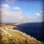 Bord de mer, côte rocheuse et déserte. Photo S. Horel