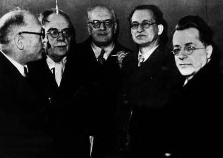 Da sinistra: Nenni, Ruini, Verrocchi, De Gasperi e Togliatti.