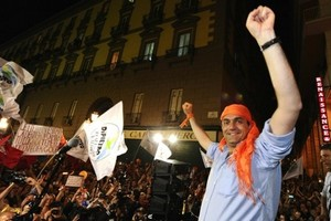 de_magistris_festeggia_elezione_in_bandana_1_.jpg