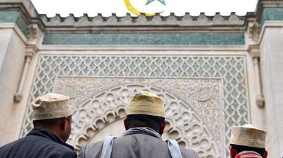 des-fideles-devant-la-mosquee-de-paris-en-2012_4913627.jpg