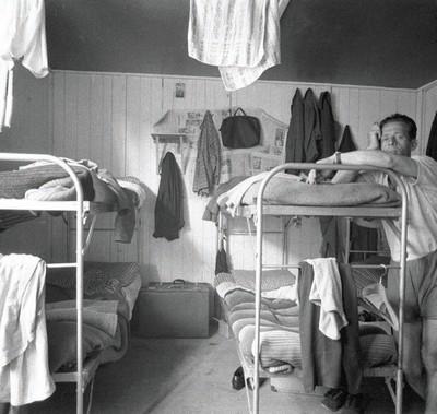 Émigrés italiens, intérieur d'un logement à plusieurs lits pour célibataires ou pour travailleurs sans leur famille. Photographie de Ando Gilardi, Allemagne, 1960.