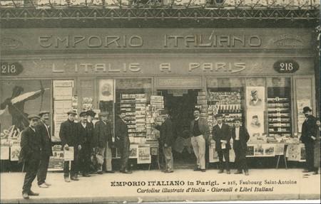 Magasin italien à Paris, vendeur de journaux, Emporio Italiano, 1900 carte-postale ParisCarte postale © Musée national de l'histoire et des cultures de l'immigration