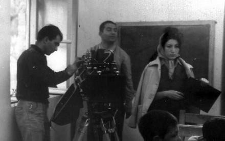 Forugh Farrokhzad durante le riprese di La casa è nera.