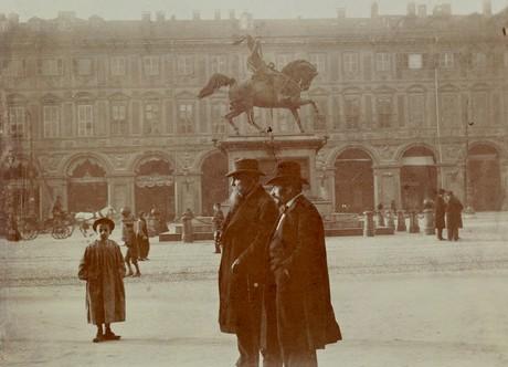 Oreste Bertieri: Rodin et Giovanni Cena sur la Place Victor Emmanuel à Turin. Paris, Musée Rodin, Ph. 836