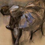 Danseuse assise essayant son chausson