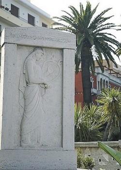 Stele dedicata al poeta greco Ibico di Reggio di Calabria (opera di Michele Guerrisi)
