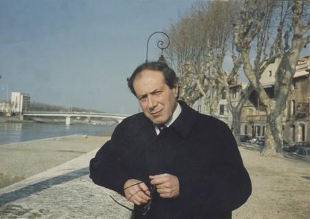 Giorgio Pressburger sur le quai du Rhône, à Arles, en 1998. Photo inédite ©Marguerite Pozzoli