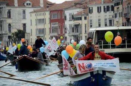 Manifestazione No Grandi Navi 2012. Foto Tramezzinimag
