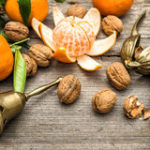 i-mandarini-le-noci-e-l-albero-di-natale-si-ramifica-48113740.jpg