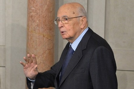le-president-giorgio-napolitano-le-roi-georges-tire-sa-reverence_article_main.jpg