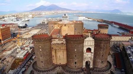 Il Maschio Angioino sul golfo di Napoli