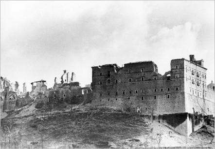 L'abbazia dopo il bombardamento alleato