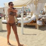 Nicole Minetti che passeggia per Twiga