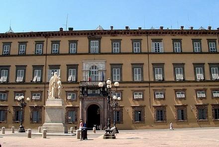 Palazzo ducale di Lucca con statua di Maria Luisa di Borbone Spagna