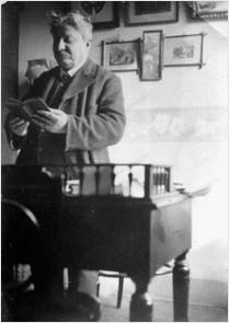 Pascoli nel suo studio di Bologna