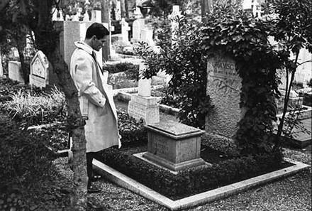 Pasolini sur la tombe de Gramsci