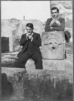Picasso e Léonide Massine nel giardino della casa di Marco Lucrezio a Pompei fotografati da Jean Cocteau nel 1917 (Fonte wikipedia)