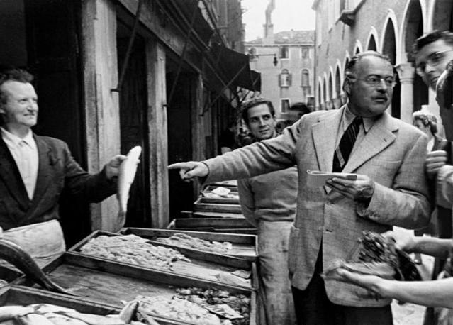 Venezia 1948, Mercato di Rialto, Hemingway si appunta i nomi delle specie di pesci in vendita © Archivio Borlui / Archivio di Stato di Venezia