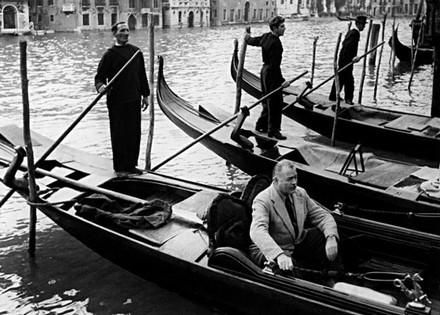 Venezia 1948, Hemingway in gondola allo stazio dell'Hotel Gritti © Archivio Borlui / Archivio di Stato di Venezia