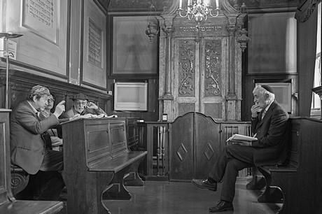 Insegnamento del rabbino nel Midrash Luzzatto dentro la sinagoga Levantina © Ferdinando Scianna / Magnum Photos
