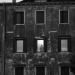 Meditazione notturna in Ghetto Nuovo© Ferdinando Scianna / Magnum Photos