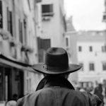 Il sapore visivo della tradizione nell'immagine di un uomo che attraversa il Ghetto© Ferdinando Scianna / Magnum Photos