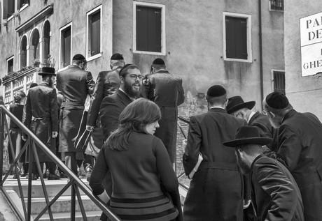 Visitatori di una comunità ebraica americana attraversano il ponte del Ghetto Vecchio © Ferdinando Scianna / Magnum Photos