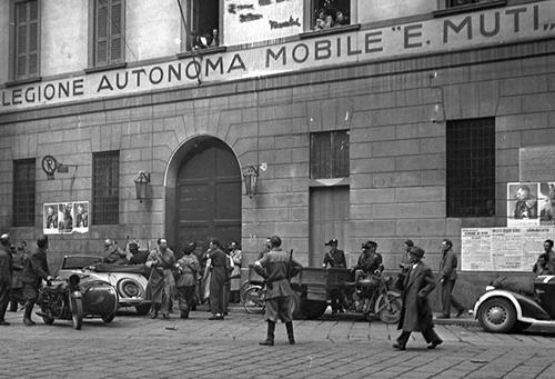 soldati_della_decima_catturati_da_truppe_della_guardia_di_finanza_-_milano_1945.jpg